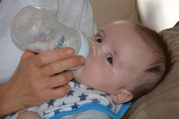 Los líquidos azucarados en el biberón se deben evitar